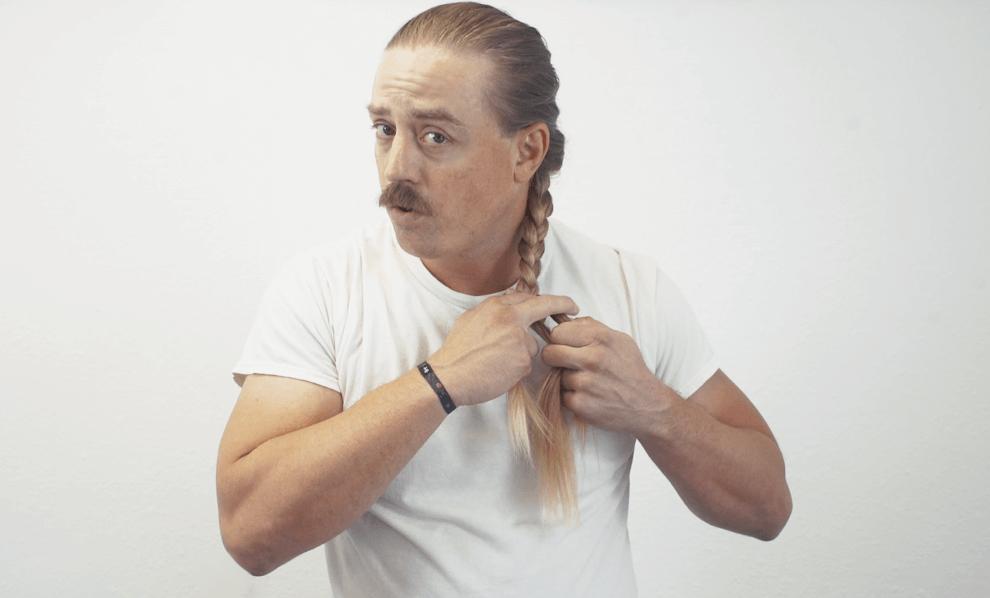 El Rubio tying a French Braid